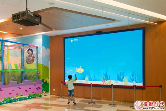 Vivitek(丽讯)D8800搭配互动装置可使孩子们体验有趣的潜水艇游戏