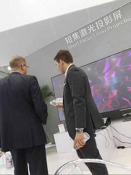 超短焦激光电视屏幕亮相西部进口展