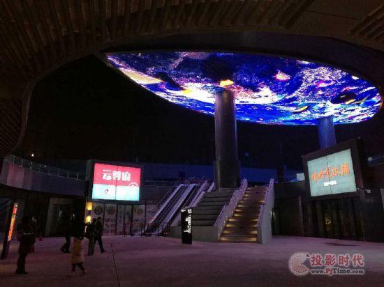 北京五棵松异形树叶天幕--格栅屏,灯条屏新项目