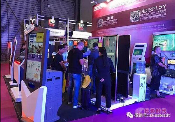 客户参观液晶拼接屏产品