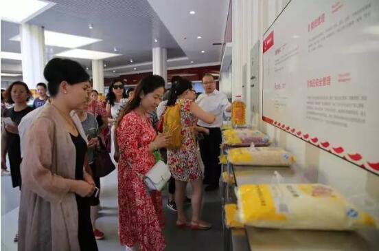 西安交通大学附属中学航天学校,餐厅向家长讲解食材的来源