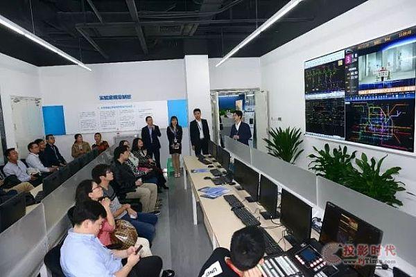 与会嘉宾参观新华三成都云计算公司和云计算开放实验室