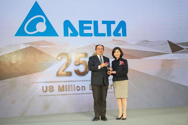 台达连续七年入选台湾20大国际品牌,品牌长郭珊珊(右)代表领奖