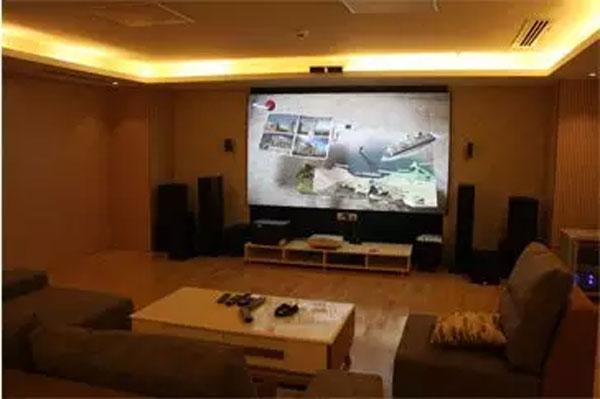 家庭影院方案:激光投影机DET-C7+(超短焦4000流明)+120寸抗光幕(激光电视)+2.1音箱
