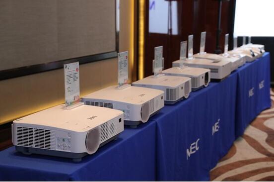 NEC现场陈列的多款教育投影机可方便合作伙伴直观体验