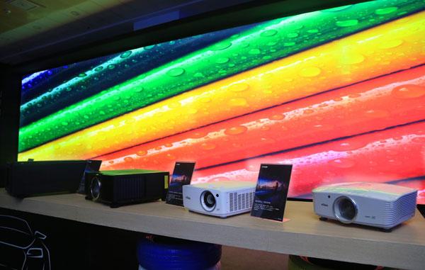 图三 台达旗下投影品牌Vivitek(丽讯)展示了由8台18,000流明激光工程投影机DU9800Z通过融合拼接打造而成的户外大屏汽车影院,效果惊艳