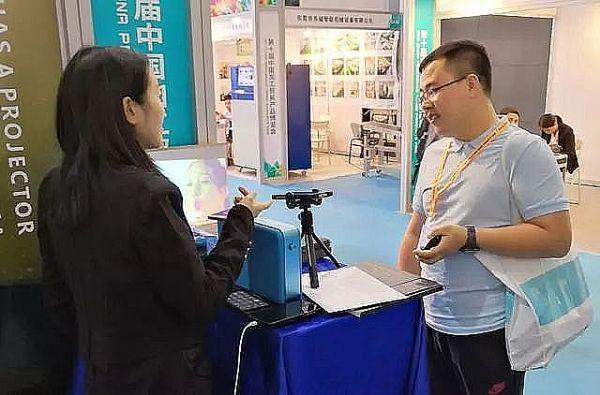 VVETIME投影手机亮相中国加博会 超大巨幕老外看了想拿走