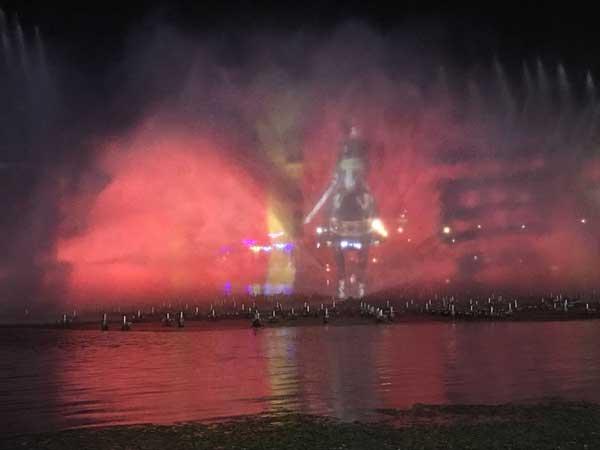 在南湖公园的水上灯光舞蹈表演中,水幕上的精美图像都是通过科视Christie的视觉方案实现的