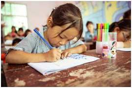 孩子们把自己脑海里所想的都画在纸张上