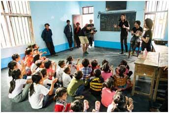 音乐老师在教孩子们基础的和弦和声乐