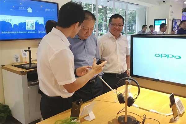 奥拓电子董事长吴涵渠先生体验手机终端摘机系统