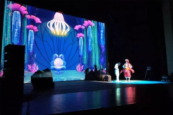 鸿合携NEC双色激光工程机奇幻演绎安徒生经典童话