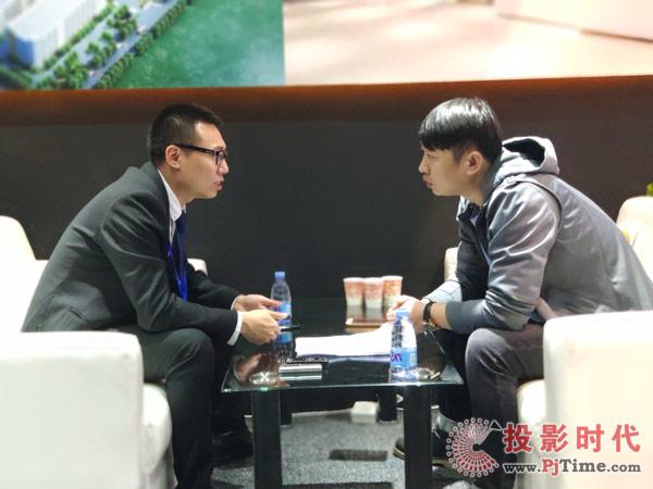 艾比森全球营销总监鲁总(左)接受投影时代网独家专访