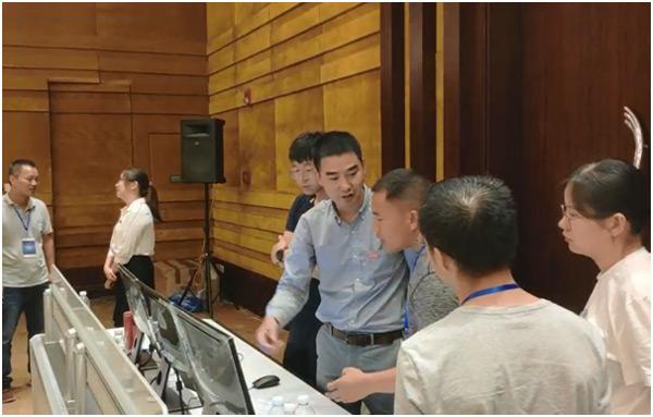威创技术工程师与嘉宾在探讨易控坐席管理系统在控制室的使用方法