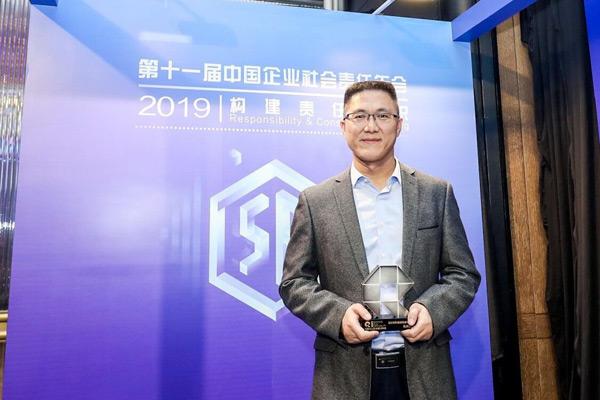 台达华南地区总经理王广坡先生代表领奖