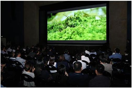 """台达运用自身散热与电源管理的技术优势,开发出全球领先的36000流明超高亮度的DLP 8K投影机,发布会上放映8K环境纪录片""""水起台湾"""",带给观众极致体验"""