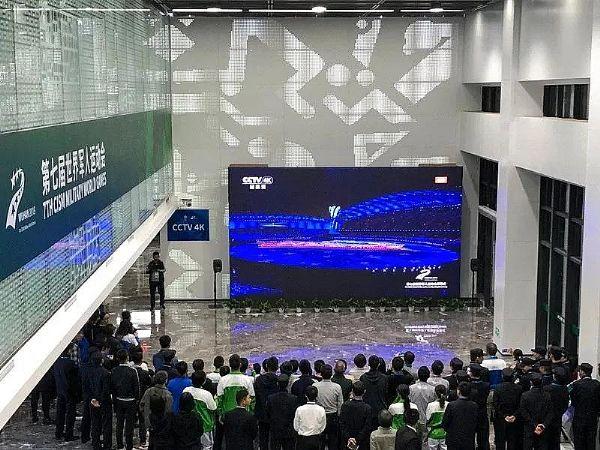 现场观众围观世界军人运动会开幕式直播