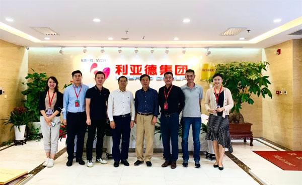 利亚德集团董事长李军(左4)与国美零售总裁王俊洲(右4)合影留念