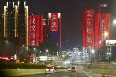 多地建筑亮起标语,LED屏架友谊桥梁